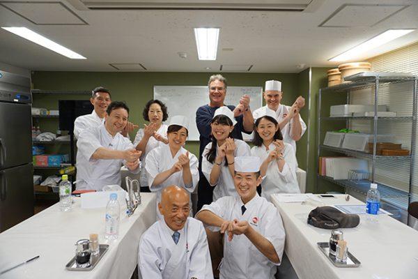 寿司職人から学ぶ握り寿司体験 + 築地市場ツアー